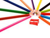 çok renkli kalemler ve kırmızı kalemtıraş — Stok fotoğraf