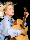 Woman posing with guitar — 图库照片