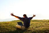свобода - человек, используя ноутбук на открытом воздухе с copyspace — Стоковое фото