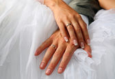 Hands of the groom and the bride — 图库照片