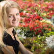 Foto Stock: Young blond woman in park