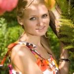 mujer caucásica en Parque de verano — Foto de Stock