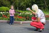 Mulher fotografou o filho — Fotografia Stock