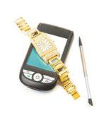 смартфон и золотые часы. — Стоковое фото