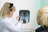 Doctor and patient examine x-ray — 图库照片