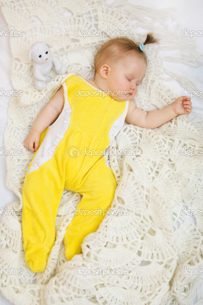 Little baby girl sleeping with her bear toy — Stock Photo #3201164