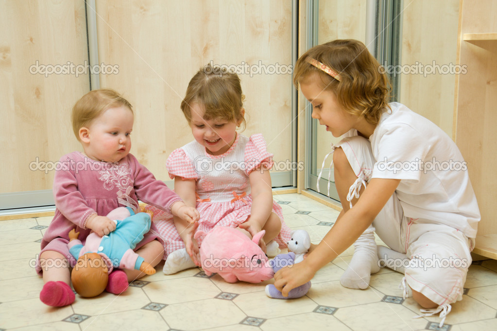 Little girls playing together in home room — Stock Photo #3201209