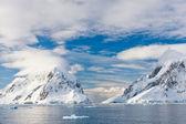 Montagnes enneigées — Photo