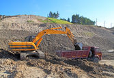 Backhoe loader loading dumper — Foto Stock