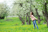 çiçek kokulu kadın — Stok fotoğraf