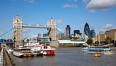 Tower bridge and boats in the Thames — Stockfoto
