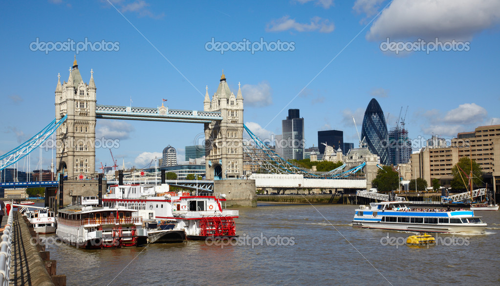 Famous Tower bridge and boats in the Thames river — Stock Photo #2889272