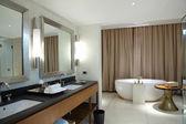 Salle de bains confortable moderne — Photo