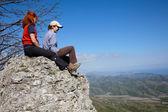 Due ragazze, seduto su una roccia — Foto Stock
