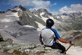 Uomo in cerca di un picco di montagna — Foto Stock