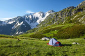 Mountaneer bivouac in mountains — 图库照片