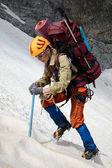 Sırt çantası ve buz baltası ile hicker — Stok fotoğraf