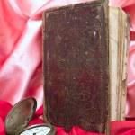 kitap ile eski saat — Stok fotoğraf