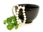 珍珠和绿色叶子 — 图库照片