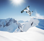 Snowboardåkare i de höga bergen — Stockfoto