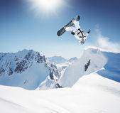 Snowboardzista w wysokich górach — Zdjęcie stockowe