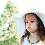 mooi meisje in een grote hoed — Stockfoto