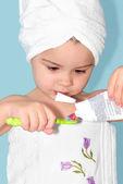 少女の歯を磨く — ストック写真
