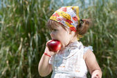 Girl eats peach — Stock Photo