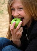 Kobieta gryź zielone jabłuszko — Zdjęcie stockowe