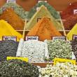 市場でカラフルなスパイス — ストック写真