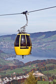 Cable car over alpine lake — Stock Photo