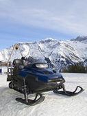 Assistência/resgate Snowmobile — Fotografia Stock