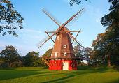 červený větrný mlýn — Stock fotografie