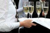 ウェイトレス champagner を提供しています — ストック写真
