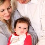 若い家族、赤ちゃんと — ストック写真