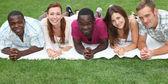 Cinco riendo, jóvenes de diverso origen — Foto de Stock