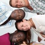 jovens de diferentes origens se divertir juntos — Foto Stock