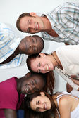 Jugendliche unterschiedlicher herkunft haben gemeinsam spaß — Stockfoto