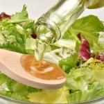 橄榄油,使新鲜的沙拉 — 图库照片
