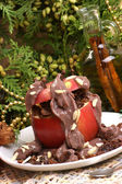 家庭の作られたチョコレート プリンと焼きりんご — ストック写真