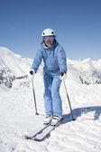 Menina com ski — Fotografia Stock