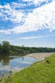 Река и небо с облаками — Foto de Stock