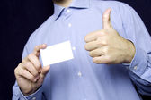 Hombre tenencia en blanco tarjeta. vale — Foto de Stock