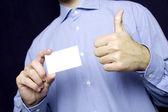 Homem segurando em branco cartão. razoável — Foto Stock