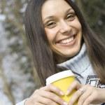 美丽的女孩在公园喝咖啡 — 图库照片