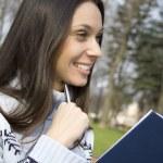 giovane donna sta pensando nel parco — Foto Stock