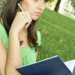 žena v parku s notebook — Stock fotografie