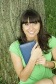 Frauen in einem park mit einem notebook — Stockfoto