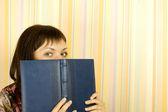 Mädchen mit notebooks — Stockfoto
