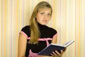 Dívka s učebnice — Stock fotografie